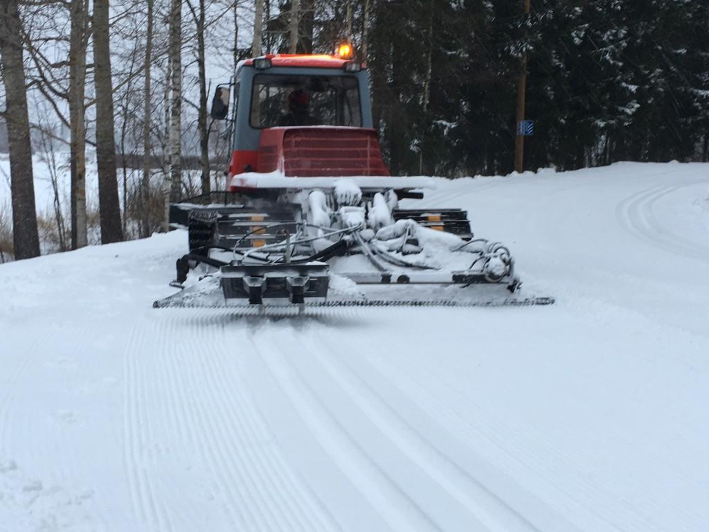 Latukone työstää lumen laduksi